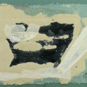 schwarzer Hund der am Meer entlang läuft ; Papier handgeschöpft